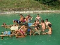 vacanze ragazzi giochi nel laghetto