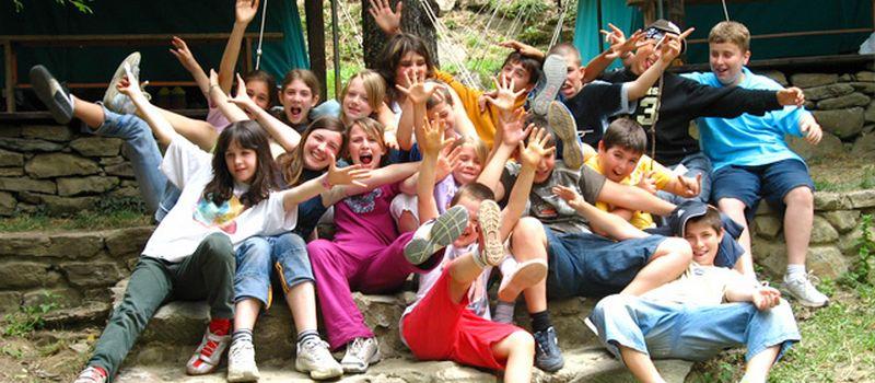 ragazzi e animatori in campeggio