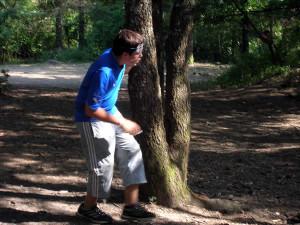 un ragazzo che gioca ad alce rossa al campo del Mastio