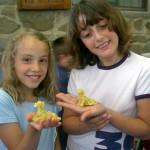 bambine del campo che hanno imparato a creare candele di cera